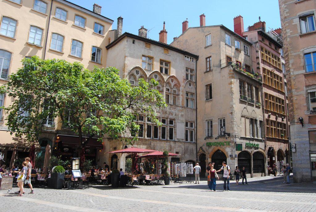 bd94d2a7831 Lyon   Sept boutiques dans la rue Saint-Jean